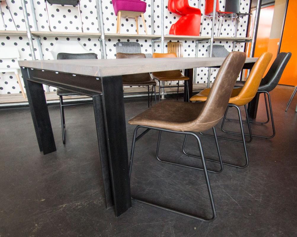 Industriële eettafelset met leren stoelen zooff