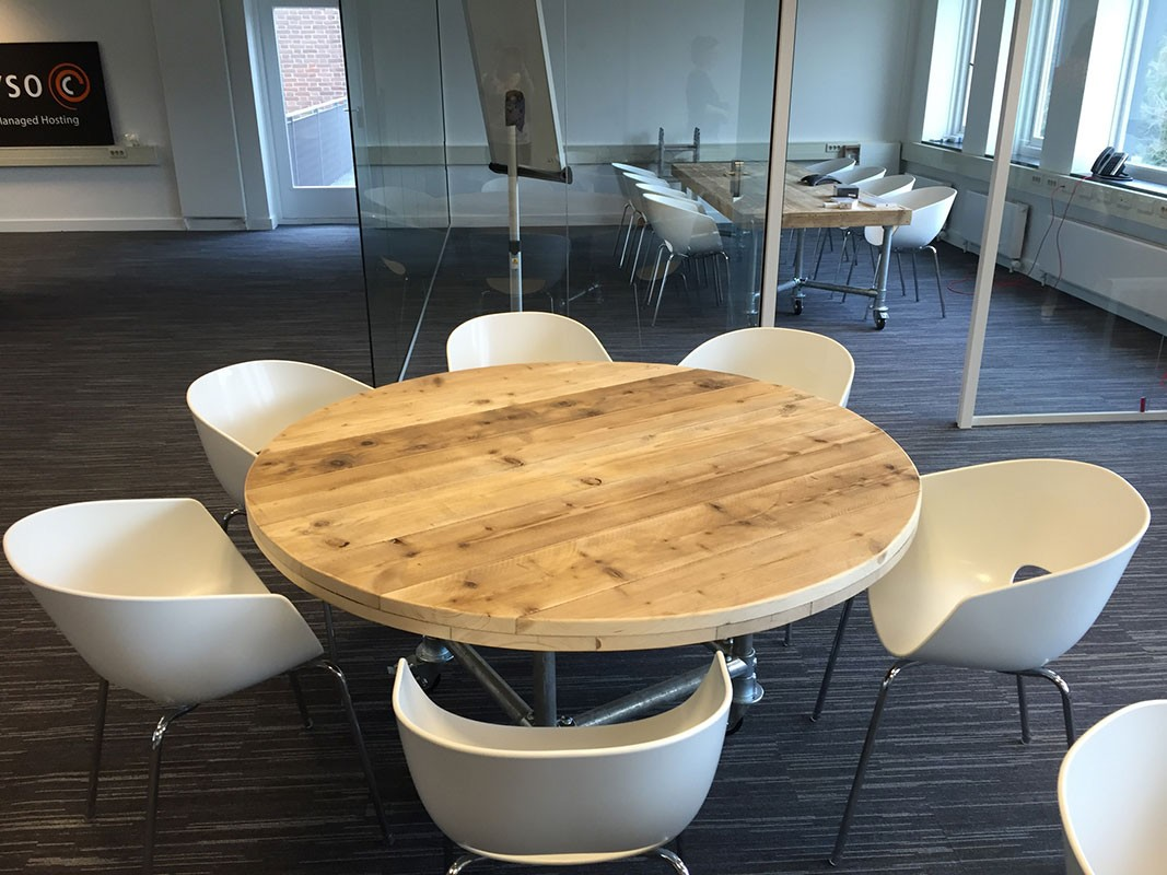 Ronde Tafel Steigerhout : Van abbevé steigerhouten tafel set met eggshell orbit stoelen zooff.nl